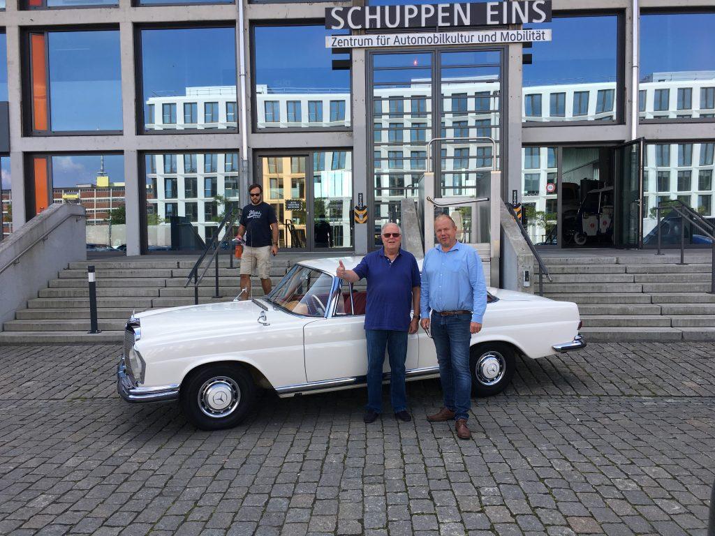 Mercedes 220 Coupe an den glücklichen neuen Besitzer übergeben
